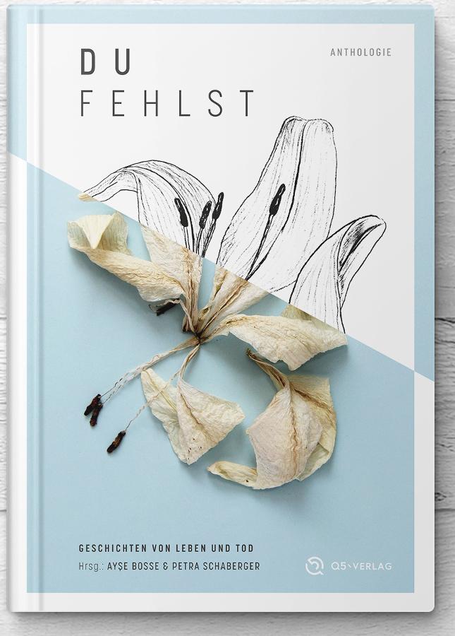 Buchcover mit Titel, Untertitel, Herausgeberschaft und in der Mitte einer verblühten weißen Lilie, halb fotografiert, halb gezeichnet.